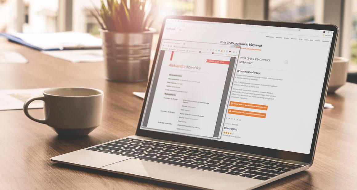 widok wzoru CV na ekranie laptopa