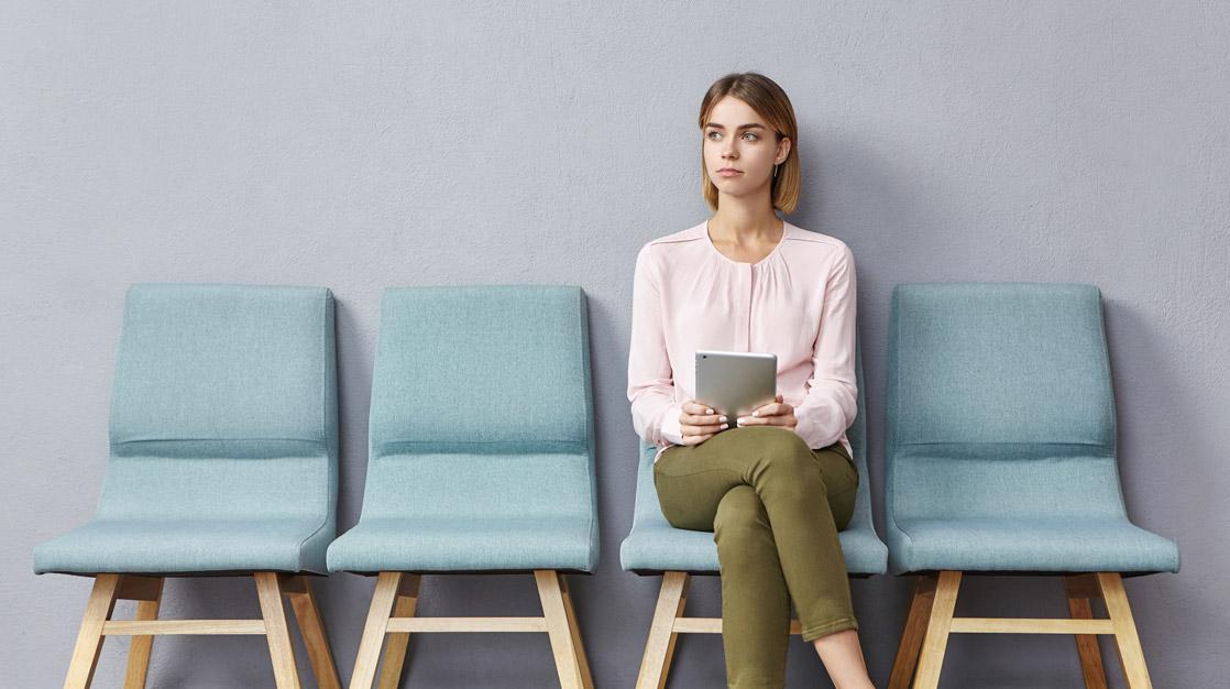 Młoda kobieta oczekująca na rozmowę kwalifikacyjna
