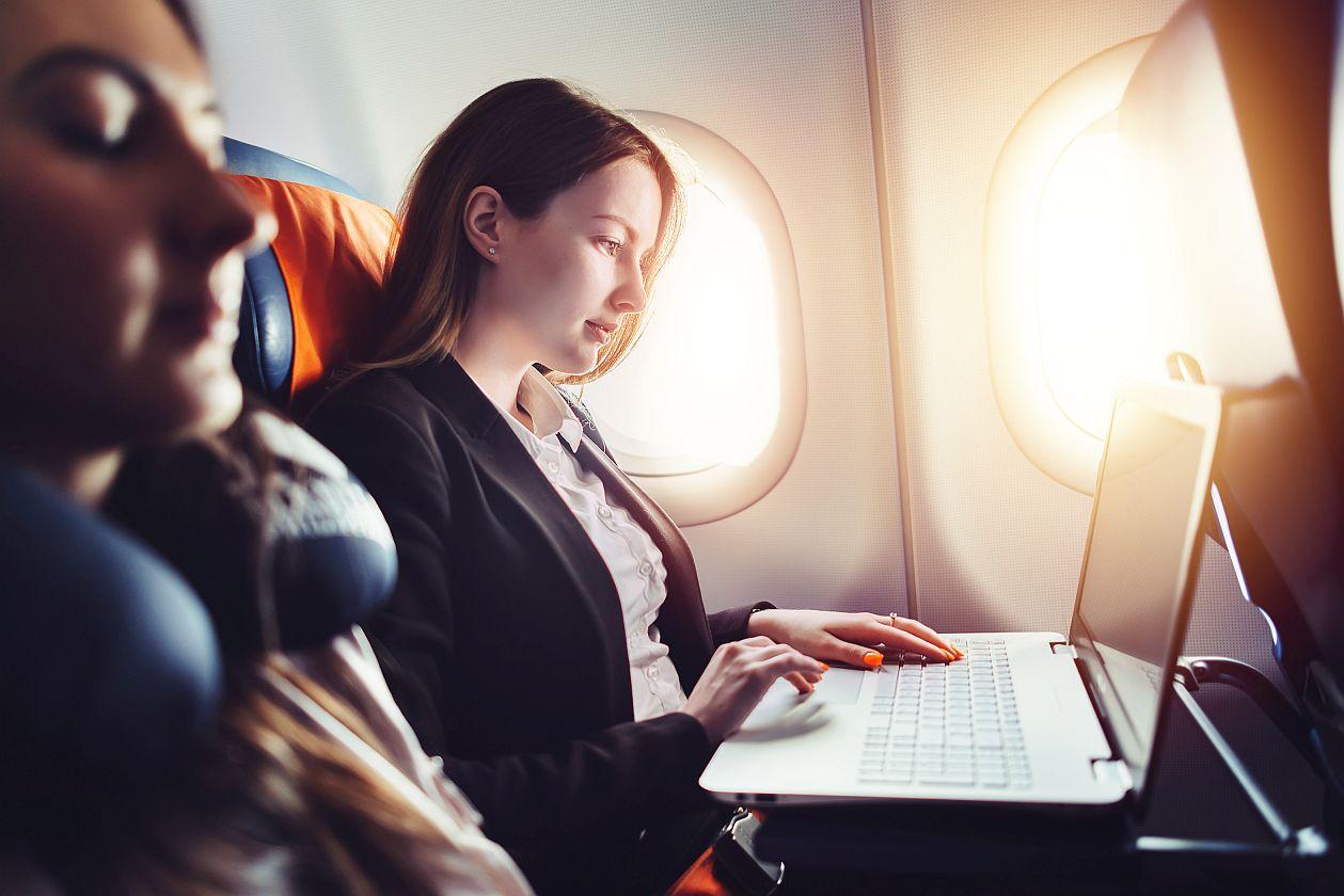 Kobieta w podróży służbowej zdjęcie do artykułu